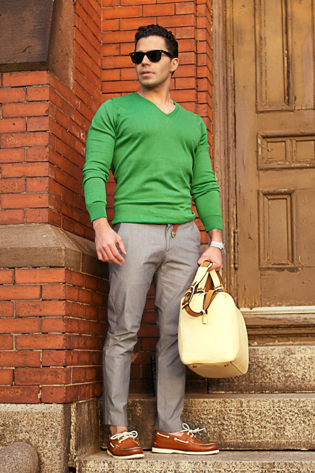 How to wear emerald green
